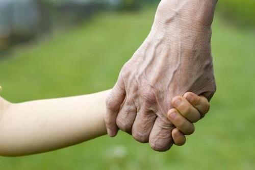 Centro anziani e bimbi assieme: l'educazione intergenerazionale